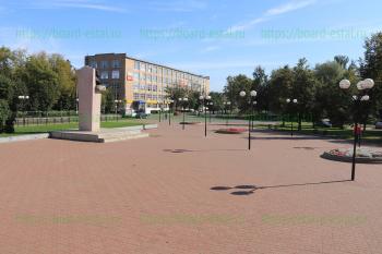 Памятник И. Ф. Тевосяну перед кинотеатром