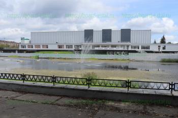 Пруд перед дворцом спорта