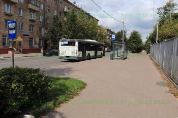 Автобус №18 на остановке «Фабрика печати»
