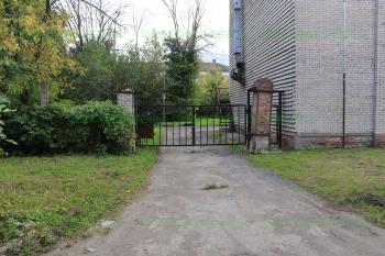 Со стороны улицы Корнеева