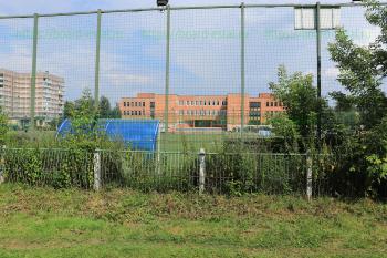 Футбольное поле перед школой